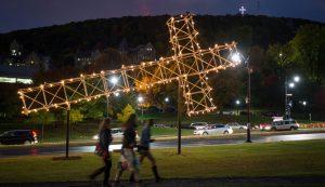 « La croix du mont Royal », une réplique de l'œuvre que Pierre Ayot avait conçue pour l'événement Corridart 76, installée à l'angle des avenues du Parc et des Pins Ouest jusqu'au 19 décembre 2016, à Montréal, samedi le 8 octobre 2016. JOEL LEMAY/AGENCE QMI